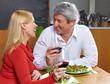 Lachende Senioren mit Rotwein