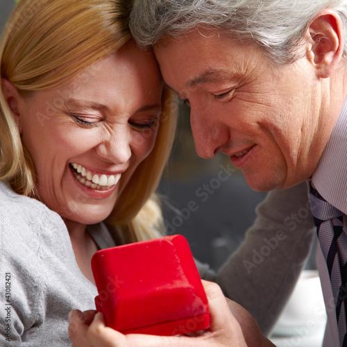 Mann macht Frau Heiratsantrag