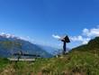 Wegkreuz und Rastplatz in den Alpen