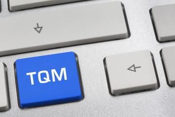 blaue Taste auf Tastatur: TQM (total quality management)