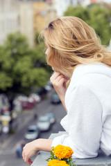 Hübsche Frau auf einem Balkon