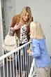 2 Frauen tratschen im Treppenhaus