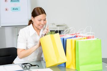 geschäftsfrau kauf telefonisch ein