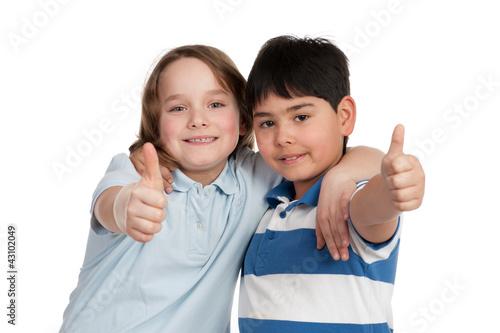 glückliche kinder zeigen daumen hoch