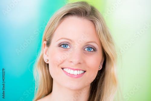 blonde junge frau mit blauen augen