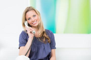 junge frau führt ein positives telefongespräch