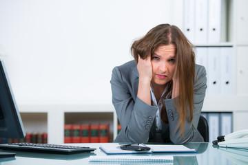angestellt im büro mit burnout