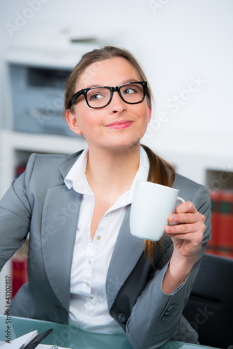sekretärin gönnt sich eine kaffeepause