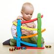 Kind spielt mit Autos und Kugelbahn