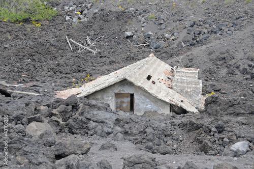 Leinwanddruck Bild House buried under lava