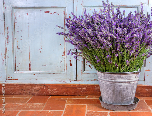 Deurstickers Lavendel Bouquet of lavender in a rustic setting