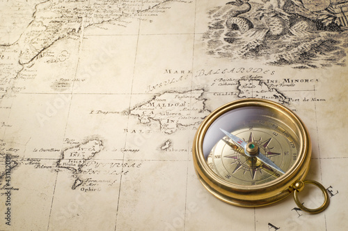 stary kompas i liny na mapie rocznika 1732