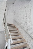 Escalier blanc sur mur blanc.