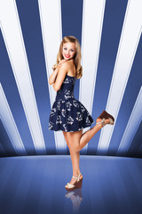attraktive junge blonde Frau im Retro-Stil