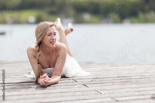 Frau erholt sich auf Holzsteg