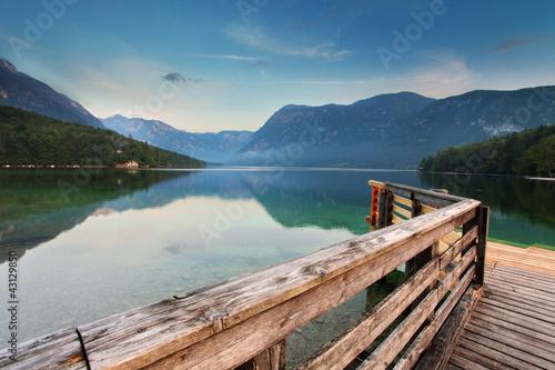 piekny-widok-jezioro-gora-jezioro-bohinj-slowenia