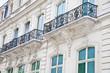 Leinwanddruck Bild - Haus mit Balkon auf der Champs Elysees in Paris