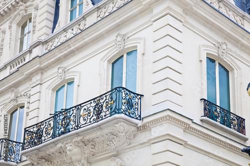Leinwanddruck Bild Haus mit Balkon auf der Champs Elysees in Paris