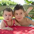 Frère et soeur, regard en coin (9 mois, 6-7 ans)