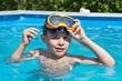 Enfant jouant dans une piscine