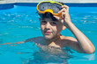 A la piscine (jeune garçon 6-7 ans)