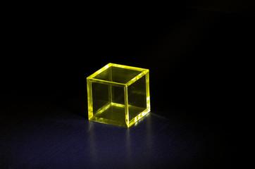 黄色いプラスチックの立方体