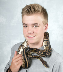Teenager mit Königspython