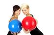 Zwei Frauen mit Gymnastikball