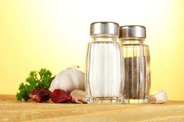Salt and pepper mills, garlic and parsley