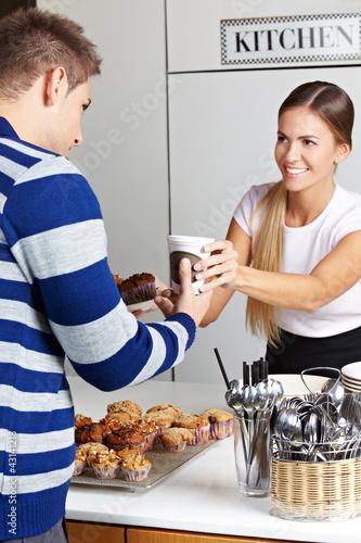 Kunde kauft Kaffee und Kuchen in Bäckerei