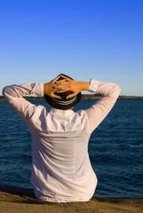 Mensch symbolisiert Sehnsucht am Meer