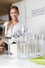 Sauberes Geschirr in Küche