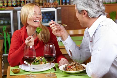 Älteres Paar beim Abendessen im Restaurant