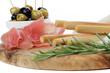 Grissinis mit rohem Schinken und Oliven