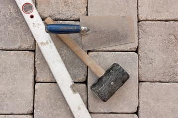 hammer, kelle und wasserwaage,
