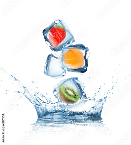 Fotobehang Opspattend water Fruit in ice cubes in motion