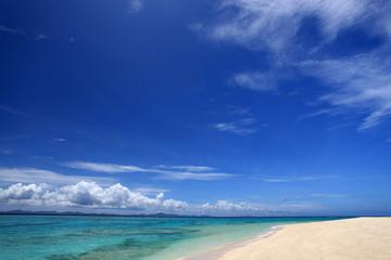 水納島のきれいなビーチと紺碧の空