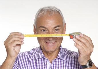 Señor sujetando una cinta métrica,medida y cálculo.