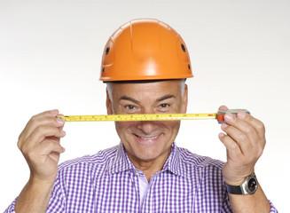 Señor arquitecto sujetando una cinta métrica,medida y cálculo.