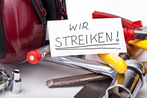 Handwerker haben Werkzeug nieder gelegt und streiken