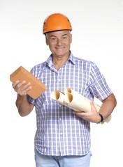 Señor arquitecto sujetando planos de construcción y ladrillo.