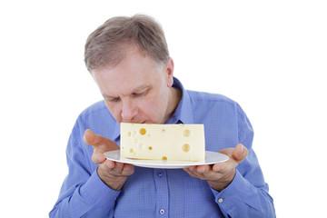 Mann serviert Käse