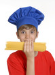 Niño chef sujetando pasta cruda,niño cocinero.