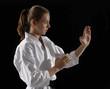Niña haciendo artes marciales,cinta negra karate.