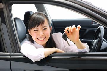 車に乗る女の子
