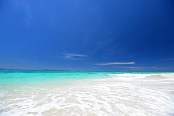 真っ白い波と紺碧の空