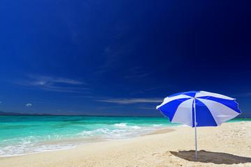 美しいビーチとパラソル