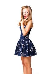 überraschte junge blonde Frau im Retro-Stil