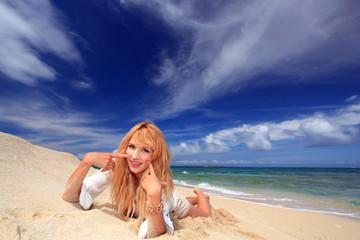 真夏の海辺で遊ぶ女性