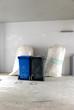 Mineralwolle Recycling Säcke und Mülltonnen Baustelle